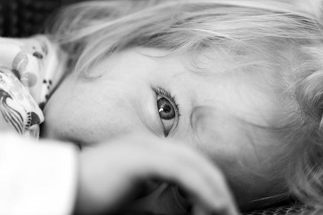 Detail obličeje ležícího dítěte