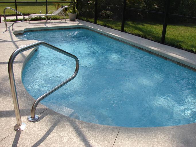 čistá bazénová nádrž